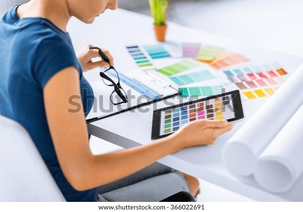 женщина, работающая с цветовыми образцами для выбора