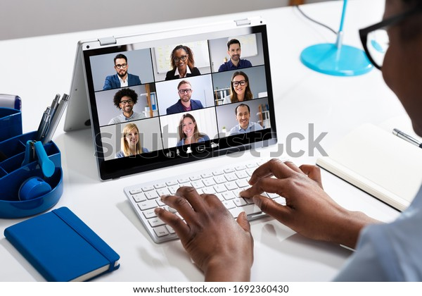 Frauen, die von zu Hause aus arbeiten, haben eine Gruppenvideokonferenz auf Laptop