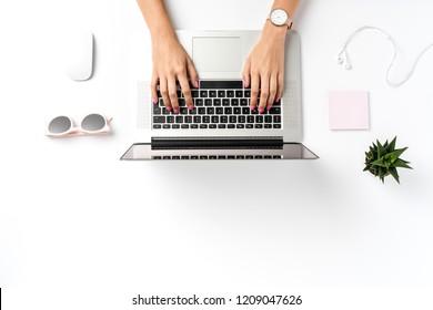 Frauen, die im modernen Büro arbeiten. Draufsicht