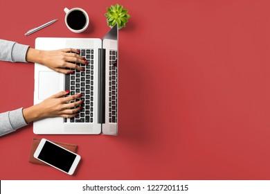 Frauen, die auf einem Notebook arbeiten