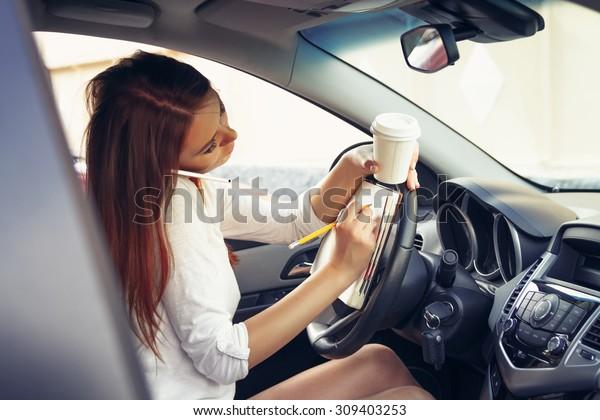 車の中で運転をしている女性