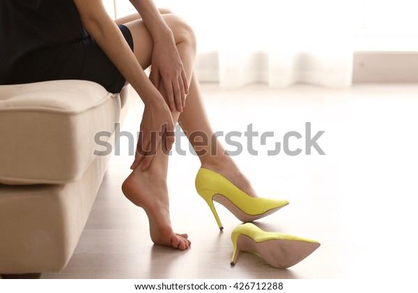 黄色いハイヒールの女性。