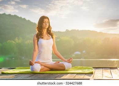 Frau Yoga - Entspannen in der Natur