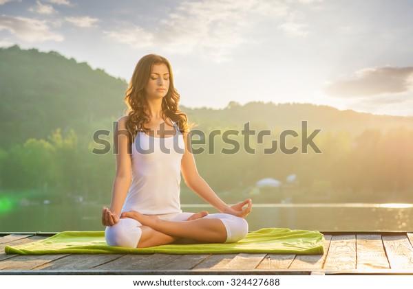Žena jóga - relaxovat v přírodě