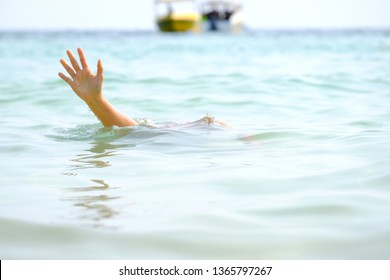 The woman's hand drowned, he lifted his hand and asked for help from drowning at the sea.