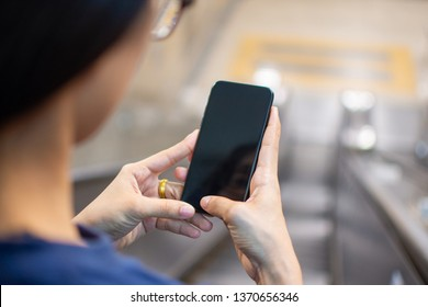 woman's hand holding smart phone with blur background. selective focus and soft focus.