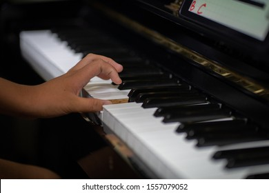 The woman's hand is practicing to play the piano uplight First time in life She feels tense She felt weak and shy, but she tried to give up.