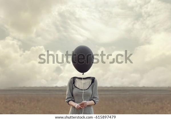 Frauenkopf ersetzt durch einen schwarzen Ballon