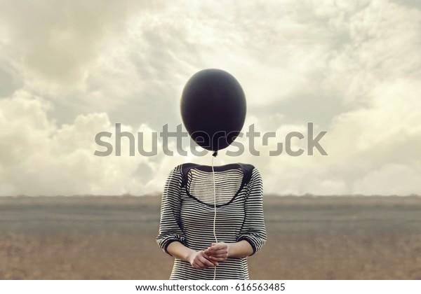 la tête de la femme remplacée par un ballon noir
