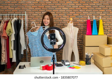 Frauen, die Geschäfte machen, die online verkaufen. Verkauf von Kleidung durch Live-Übertragungen über Internet-Kanäle. Online-Shopping per Kreditkarte.