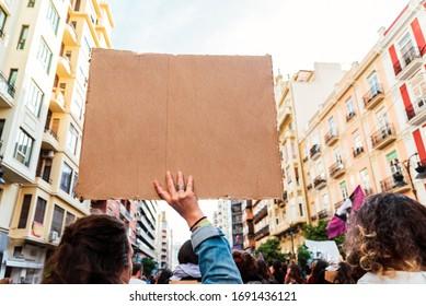 Mujeres durante una protesta feminista sosteniendo carteles vacíos y en blanco para llenar con texto.