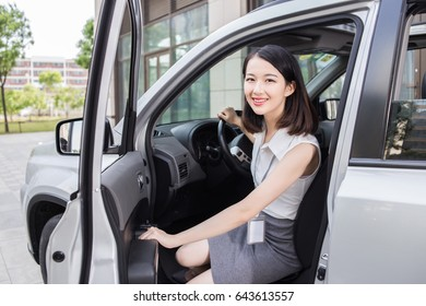 Women are getting off the a car
