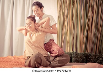 women is getting Thai massage from Spa Therapist