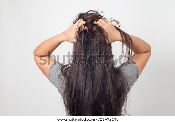Lange haare juckende kopfhaut