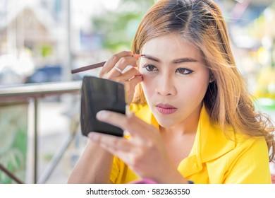 women make up eyebrow