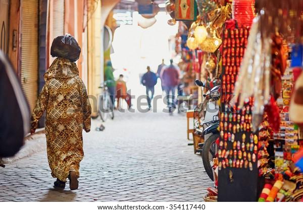 Mujeres en el mercado marroquí (souk) en Marrakech, Marruecos