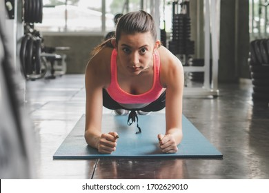 Women push up the floor to exercise core body.