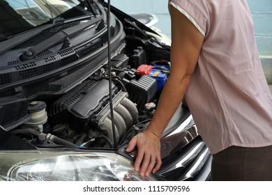 Women Repair see Car engine