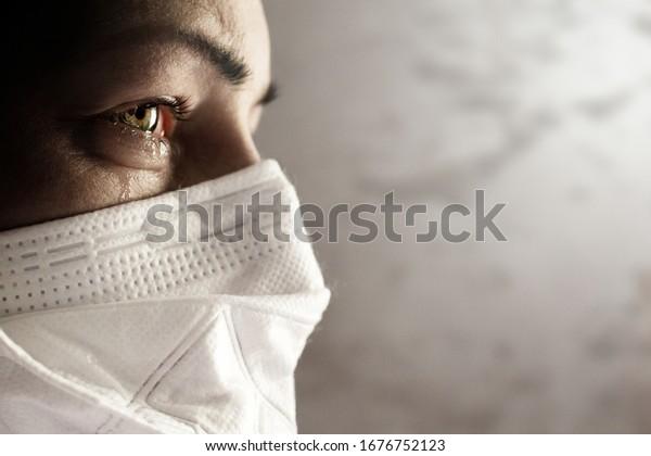 Mujeres con máscara de seguridad del coronavirus. Brote de Covid-19 en todo el mundo