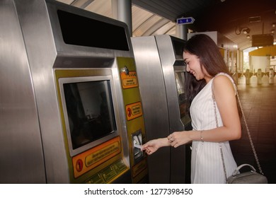 Women are satisfied with the convenience and can use the BTS ticket vending machine. Modern BTS while traveling daily in the capital