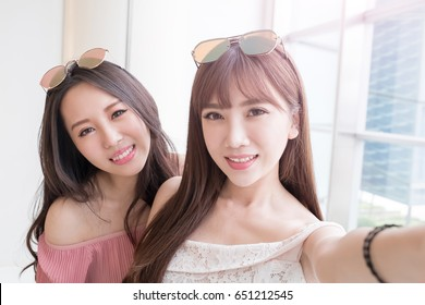 e1ef73cc7f1 women selfie and smile happily in the shopping mall