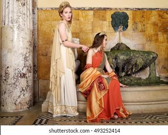 Frauen in traditionellen römischen Kleidungsstücken, die in Tempel posieren