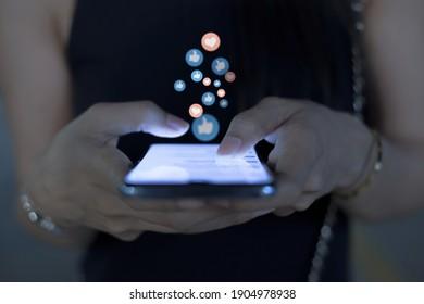 Frauen benutzen Mobiltelefone zur Kommunikation,Kommunikationskonzept