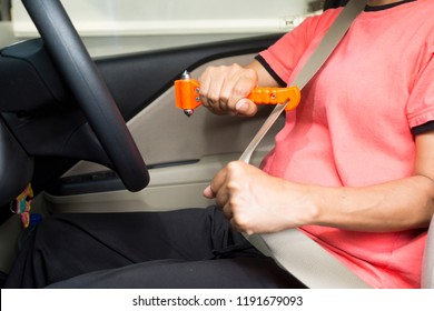 Women use Safety Hammer and Seatbelt Cutter in Cars,Cut belt When emergency.