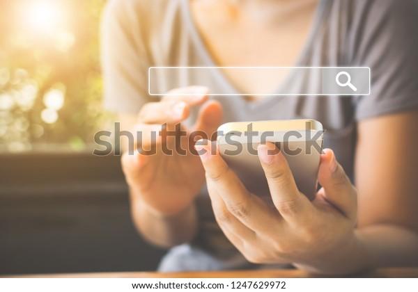 Frauen benutzen Smartphones, um herauszufinden, woran sie sich interessieren. Suche nach Informationsdaten zum Internetvernetzungskonzept