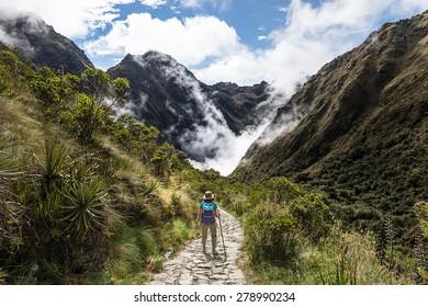 Mujeres caminando por el Camino Inca, Machu Picchu, Perú