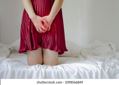 Women wear red skirt Use the hand to scratch the vagina.Genital itching caused by fungus in underwear.Do not focus on objects.