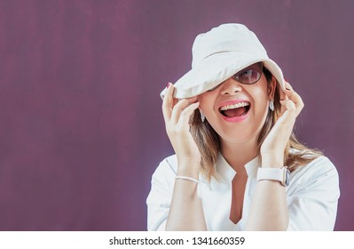 Women with white hat and white dress with sunglasses