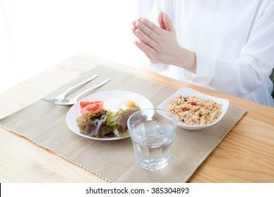 Women who eat breakfast, Let's eat