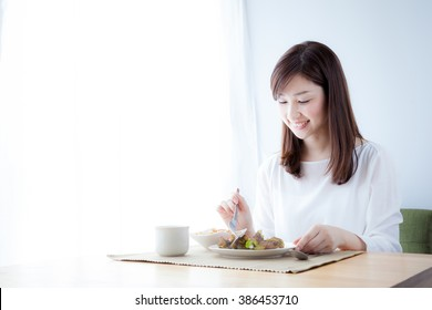 Women who eat breakfast, vegetables
