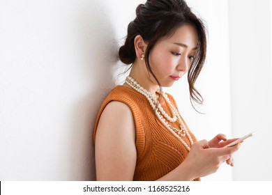 Women who operate mobile phones