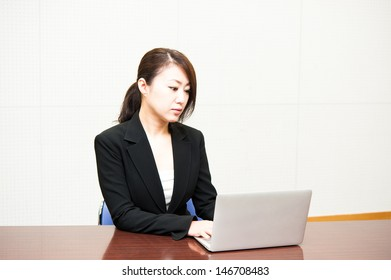 Women to work on a laptop