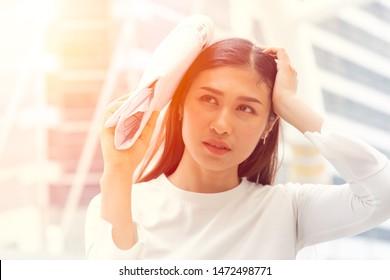Frauen sorgen sich um das Problem mit heißem Sonnenlicht mit UV-Strahlen, um Sommersprossen und Falten zu schädigen Gesicht Haut