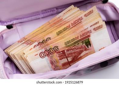 Un sac de beauté pour femmes avec un paquet d'argent russe. Roubles russes d'une valeur nominale de 5000. Corruption criminelle.