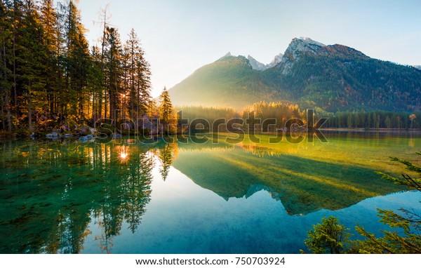 Wunderbarer Herbstsonnenaufgang des Hinterseesees. Erstaunlicher Morgenblick der Bayerischen Alpen an der österreichischen Grenze, Deutschland, Europa. Schönheit des Naturkonzepts Hintergrund.