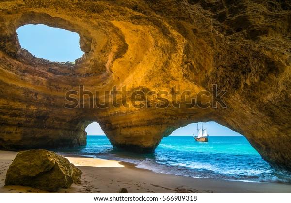 Vista maravilhosa da Gruta do Benagil no Carvoeiro Algarve Portugal