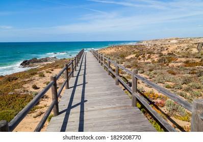 Passage en bois sur une plage près de Vila Nova de Milfontes, Alentejo, Portugal