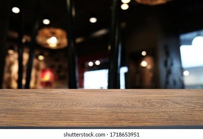 Holztisch oben auf unscharfem Hintergrund Inneneinrichtung mit leerem Kopienraum