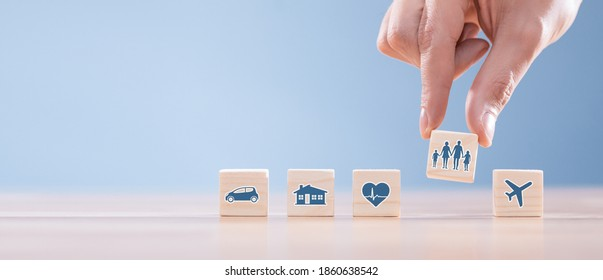 Bloques de madera con íconos de diversos tipos de seguros. Concepto de seguro de vida.