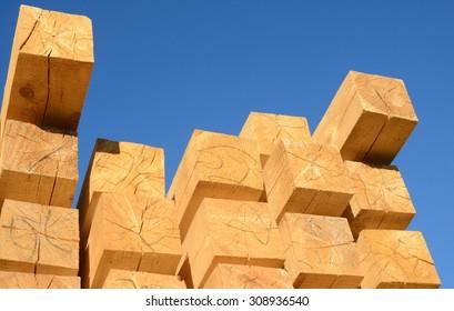 Holzbretter auf dem Holzlager
