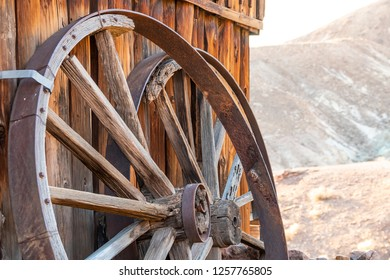 Wooden cart wheel in calico Ghost town. It was founded in 1881 for the extraction of silver. Located in the Mojave desert mountains in southern California. USA, November 2018