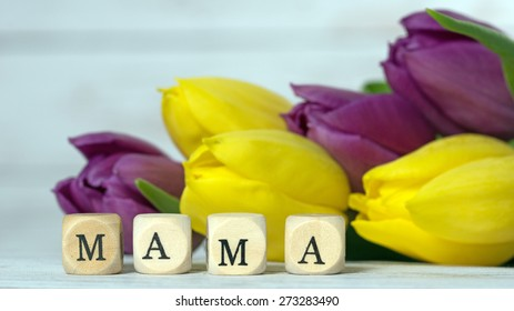 Wooden cube with tulips and the word Mama / Mama