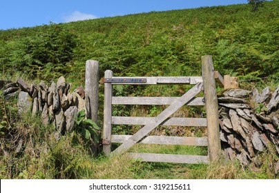 """Wooden Gate with """"Please Shut Gate"""" Sign on a Footpath by the River Barle near Simonsbath on Exmoor National Park in Somerset, England, UK"""