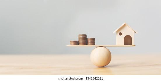 Les pièces de monnaie et de maison en bois s'empilent à l'échelle du bois. Investissement immobilier et immobilier Concept immobilier financier