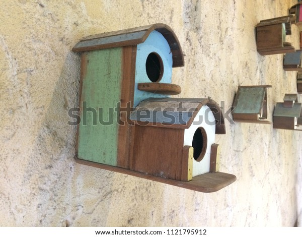 Wooden house for medium parrots Size: Width 21 cm. Length 30 cm. Height 20 cm.