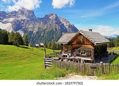 Eine Holzhütte auf der Roten Mauer Wiesen in Südtirol